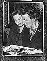 Koningin Juliana en Prinses Beatrix bekijken eerste exemplaar boek over Curaçao, Bestanddeelnr 910-8404.jpg