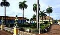 La Plaza Mayor de Trinidad yace verdaderamente lustrosa ante el turista - panoramio.jpg