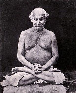 Lahiri Mahasaya (1828-1895) maestro di yoga del XIX secolo. Da notare lo yajñopavītam, il cordoncino composto da tre fili di cotone bianco uniti indossati sopra la spalla sinistra[1], i quali lo indicano come un brahmano.