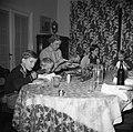 Lis Groes zittend aan tafel met haar gezin, Bestanddeelnr 252-8990.jpg