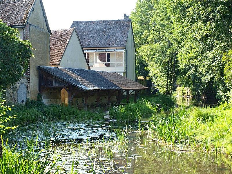 Mézilles (Yonne, France); lavoir sur le Branlin, vu du pont de la D 965 sur le bras du branlin le plus proche du centre ville. Vue vers l'aval.
