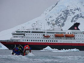 MS Nordkapp i Paradise Bay.jpg