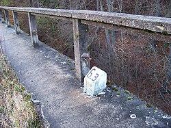 Machnín, železniční most, kilometrovník.jpg