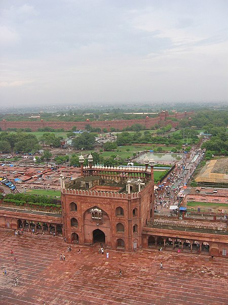 ファイル:Main entrance, and the approach road, from the minaret, Jama Masjid, Delhi.jpg