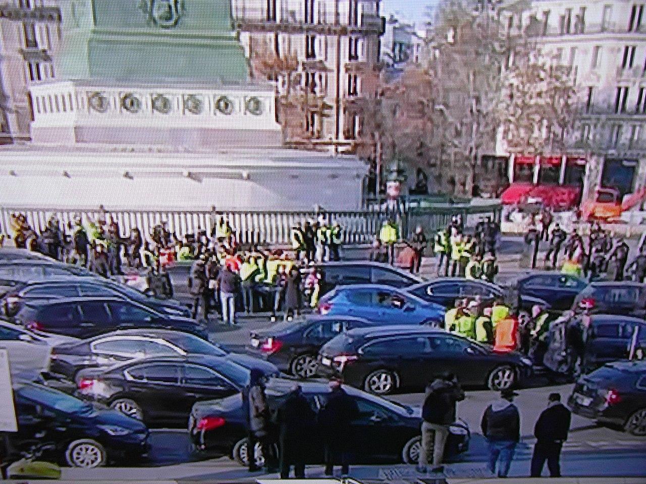 Manifestation de gilets jaunes place de la Bastille (Paris) en 2018.jpg