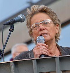 Maria-Pia Boëthius i talerstolen på Sergels torv i Stockholm den 9 oktober 2010.