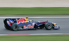 Photo vue de droite de la Red Bull RB5 de Webber en piste