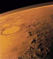 Mars tunna atmosfär synlig mot horisonten på denna bild tagen från en låg omloppsbana