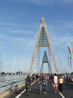 Megyeri Bridge - Image: Megyeri híd 2
