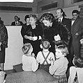 Mevrouw Kennedy bezoekt het Burgerweeshuis te Amsterdam, Bestanddeelnr 913-5647.jpg