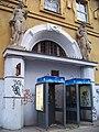 Meziměstská telefonní ústředna, Fibichova, levý portál.jpg
