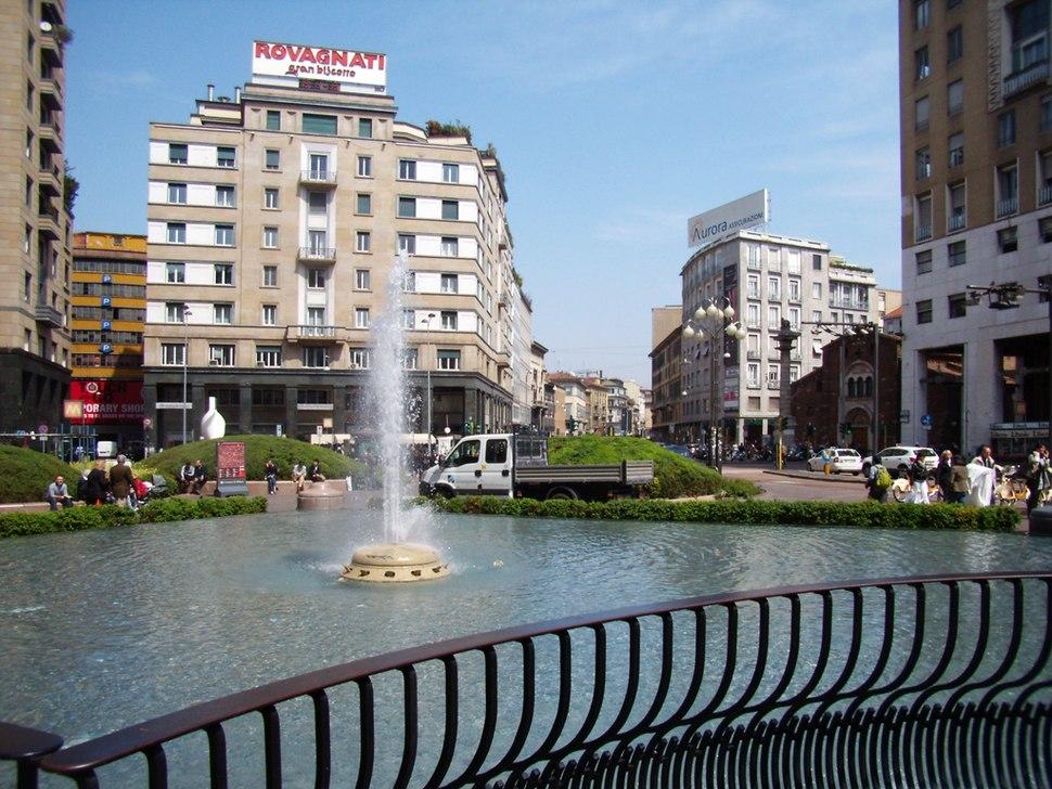 Milano piazza San Babila vista