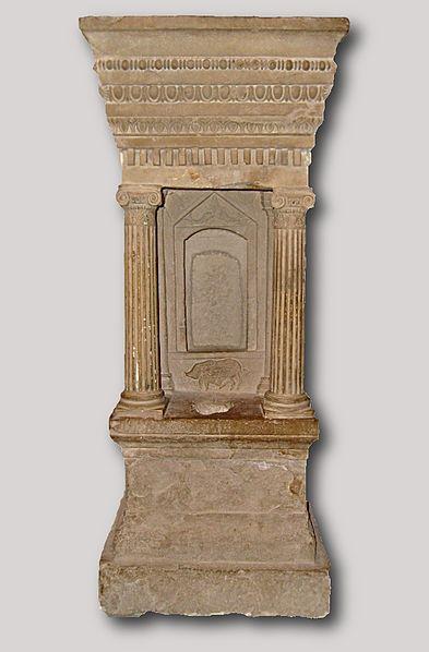 File:Naiskos Bardo Museum.JPG
