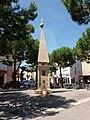 Narbonne - Place du Forum - Réplique de la fontaine du XVII.jpg