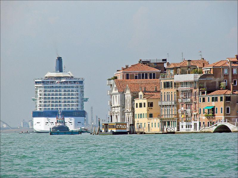File:Navire de croisière dans le canal de la Giudecca (Venise) (6156556391).jpg