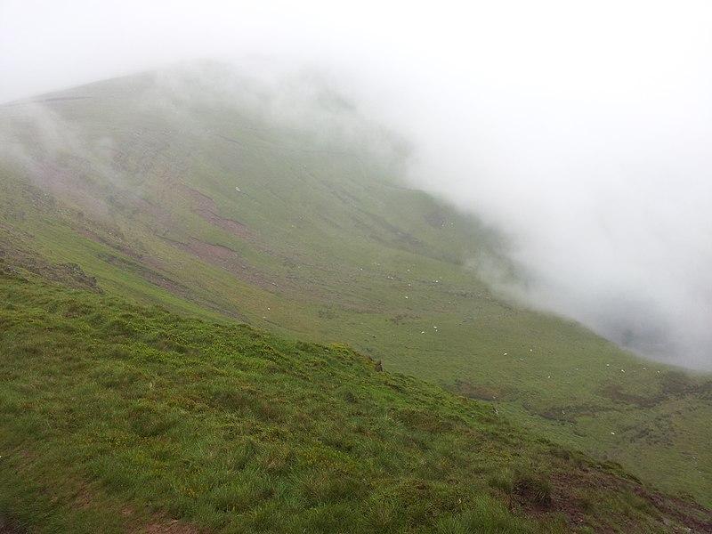 File:Nebel erreicht den Kamm unterhalb des Corn Du.jpg