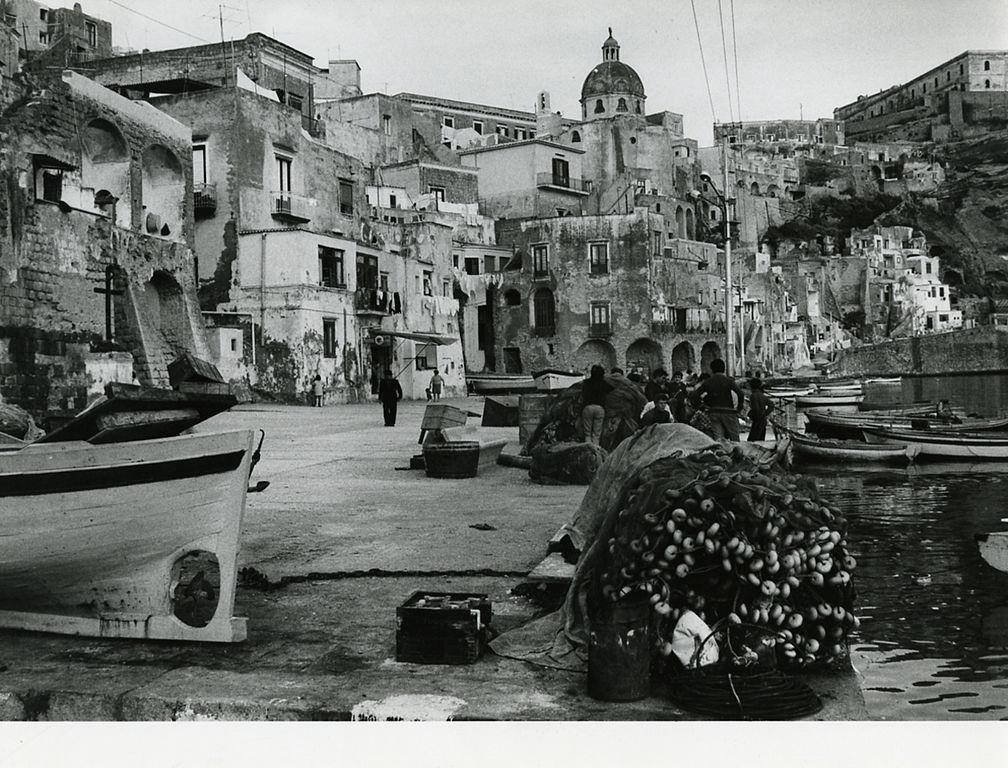 ïle de Procida dans le golfe de Naples en 1972 - Photo de  Paolo Monti