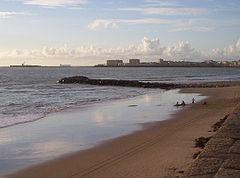 3730fc7406 Espigón en la playa de la Victoria que funciona como límite entre esta y la  playa de Santa María del Mar.