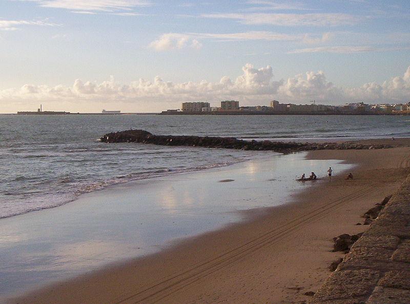 File:Playa de la Victoria-Espigón.jpg