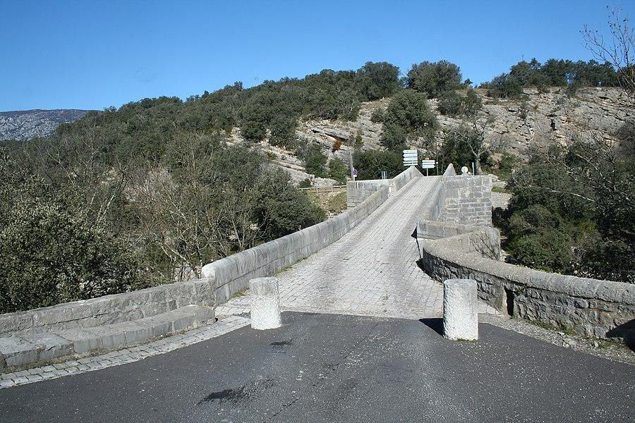 Brissac (Hérault) -  Entrée du pont de Saint-Étienne d'Issensac