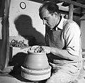 Pottenbakker aan het werk op de schopstoel, Bestanddeelnr 252-8893.jpg