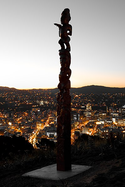 File:Pou Whenua in Mount Victoria, Wellington, New Zealand.jpg