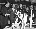 Prins Bernhard bezoekt Filmmaatschappij Geesink. Rondleiding, Bestanddeelnr 913-4863.jpg