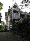 foto van Herenhuis in chaletarchitectuur met tuinhek