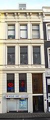 foto van Herenhuis met gepleisterde gevel, versierd met stucwerk