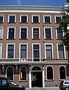 foto van Rechter gedeelte van een negen vensterassen breed pand, met kroonlijst en, voor de bel-etage, een balcon op consoles met gietijzeren hek