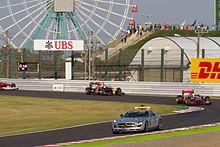 Photographie de la voiture de sécurité suivie par Jenson Button