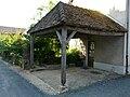 Sainte-Eulalie-d'Ans auvent fontaine.JPG