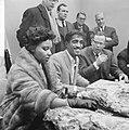Sammy Davis jr in Nederland, tijdens persconferentie op Schiphol, Sammy Davis , , Bestanddeelnr 916-1964.jpg