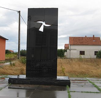 Škabrnja massacre - A black marble monument marks the site of the mass grave in Škabrnja.