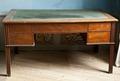 Skrivbord av mahogny med infällt grönt kläde på skivan. 1800-tal - Skoklosters slott - 92453.tif