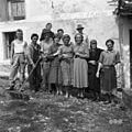 Skupina ljudi iz vasi Golac 1955.jpg