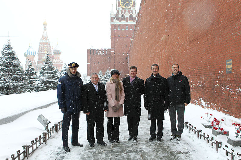 File:Soyuz TMA-07M crew and backup crew at Kremlin Wall.jpg