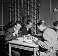 Studenten aan tafel in de eetzaal van het studentenhuis, Bestanddeelnr 252-8948.jpg