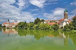 Telč - pohled na vnitřní město přes Ulický rybník (02).jpg
