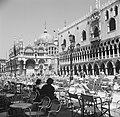 Terrassen op het San Marcoplein in Venetië, links het Dogenpaleis en rechts de B, Bestanddeelnr 254-2041.jpg