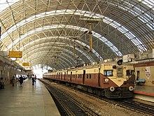 سازههای فضاکار - ویکیپدیا، دانشنامهٔ آزادسازه فضا کار یک ایستگاه قطار