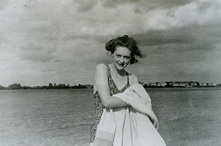 Photograph of the fictitious girlfriend Pam, carried by Martin UK National Archives - WO 1065921.jpg