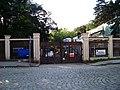 U vršovického nádraží, brána Havlíčkových sadů.jpg