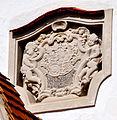 Unteressendorf Pfarrkirche außen Seiteneingang Wappenrelief.jpg