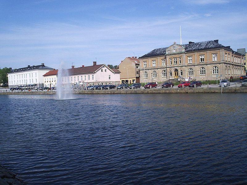 File: Vänersborg, Gamla Hamnkanalen och Hamngatan, den 5 Juli 2006.jpg