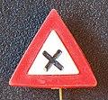Verkeersbord gevaarlijke kruising reclamespeldje.JPG