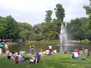 English: Vondelpark On A Sunny Day Deutsch: Ei...