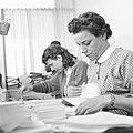 Vrouwen verrichten kantoorwerkzaamheden, Bestanddeelnr 934-6156.jpg