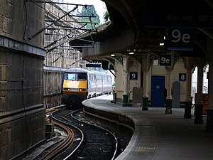 English: Train leaving Waverley Station (Edinb...