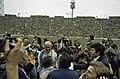 Wereldkampioenschap voetbal 1974 in Munchen supporters omhelsen Duitse spelers, Bestanddeelnr 254-9556.jpg